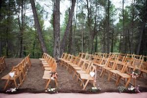 Ceremonia de boda bosque sillas invitados