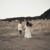 🌞 La brisa, el olor a mar, la arena en los pies... Estamos deseando que llegue el verano y con él... 👰🤵 ¡Las bodas en la playa! . #comotinta #boda #bodasoriginales #bodas2021 #bridetobe2021 #bodasbonitas #bodas #wedding #invitacionboda #invitacionesdeboda #bride