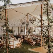 """Banquetes al aire libre SÍ SÍ SÍ!! Con una decoración de cuento de hadas!! 🧚♀️ TIPS para conseguir una decoración super """"cool"""" en el espacio para tu boda:⭐ Cuelga lucecitas, como si fueran luciérnagas, crearan un ambiente de ensueño. ⭐ Protégete del sol y de la brisa fresquita de la noche colocando una carpa. ¡¡Creará un ambiente más cercano entre tus invitados!! ⭐ ¡¡Decora cada rincón!! Como en la imagen, viste los soportes de la carpa con ramas, flores u hojas 🍃 ⭐ Incluye elementos bonitos y cuidados de decoración en las mesas, como las lágrimas de felicidad, las minutas y los números de mesa de @comotinta ✨Y tú... ¿ya tienes escogida la decoración para tu Boda? 🙌 Comparte tus ideas en los comentarios, ¡así todas podremos inspirarnos!#comotinta #invitacionboda #invitacionesdeboda #bodas2021 #bodas2022 #boda #novios #novia #bride #wedding #banquetedeboda #banquetedebodaenplaya"""