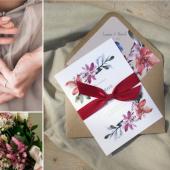 De estilo floral y minimal, la invitación ALEGRÍA ✨ une el campo y lo silvestre en un diseño elegante 🌺 ¡Puedes pedir muestras gratuitas de la colección ALEGRÍA en nuestra web! Haz clic en el enlace del perfil ☝#comotinta #invitacionesdeboda #bodaselegantes #bodasoriginales #bodasretro #bodas2021 #bodas2022 #wedding #wedding2021 #wedding2022 #diab #invitacionesdeboda2021 #invitacionesdeboda2022