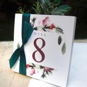 Un detalle precioso es acompañar los números de las mesas con un toque de naturaleza: unas flores naturales, una ramita de olivo, unas plantas aromáticas... ¿Quieres más ideas? ¡Entra en nuestro blog y apunta! Link in BIO.#comotinta #boda #novios #bodasoriginales #bodas2021 #bridetobe2021 #bodasbonitas #bodas #felicidad #invitacionesdeboda #invitaciones